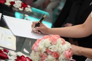 bride-signing-615556_1280