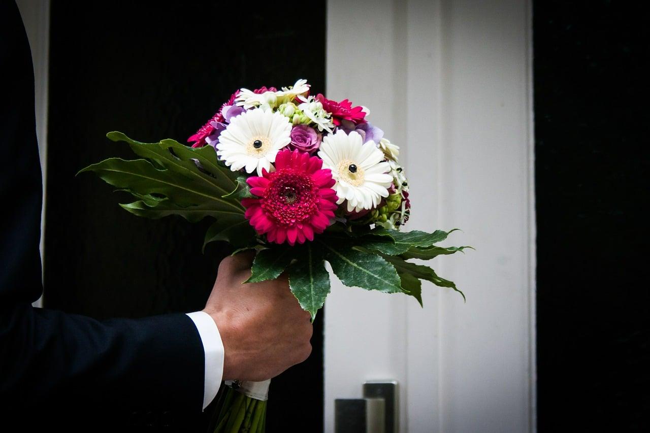 Wedding flowers bouquet shapes and how to choose the for Bouquet de fleurs homme