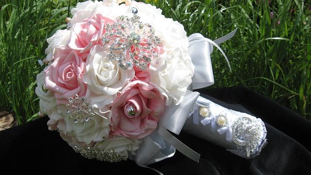 brooch-bouquet-681536_640