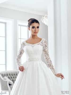 Most popular wedding dress necklines for different body types for Different necklines for wedding dresses